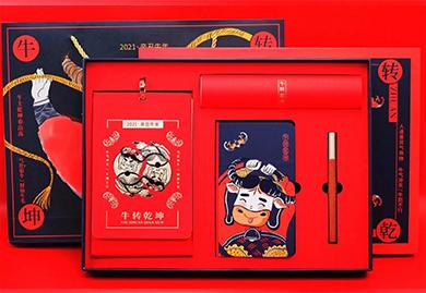 商务礼品,年会礼品,2021年牛年大礼包-牛转乾坤台历+笔记本+红木笔+对联+红包